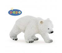 Идущий полярный медвежонок